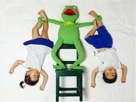 عکس های خلاقانه و رویایی مادر ژاپنی از خواب دوقلوها
